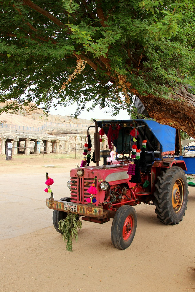 Roter Traktor Indien Bild